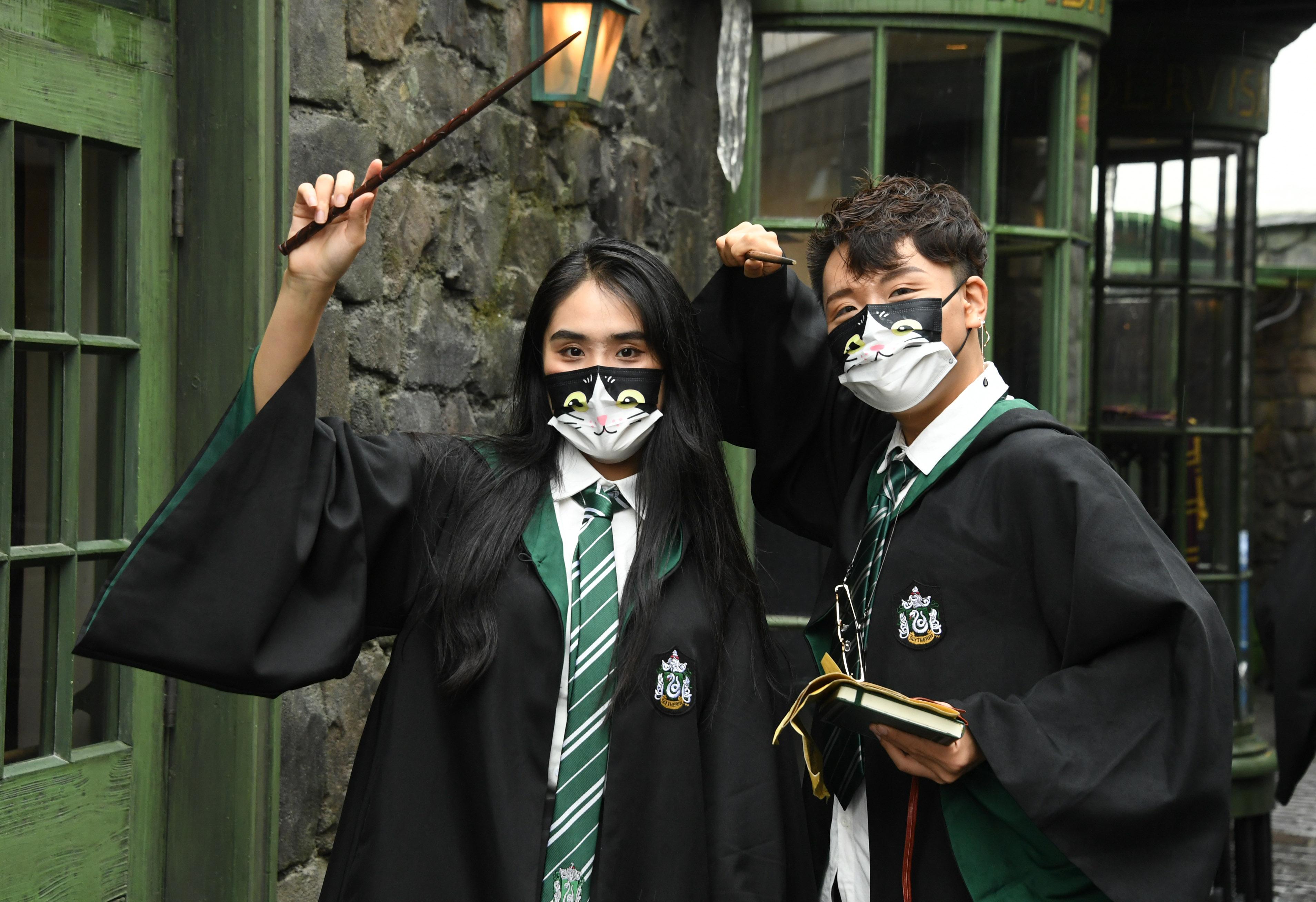 不少「哈利波特」粉丝在环球影城荷包失血,买巫师袍和魔杖、领带、徽章等商品,花费超过1万元。新华社(photo:AppleDaily)
