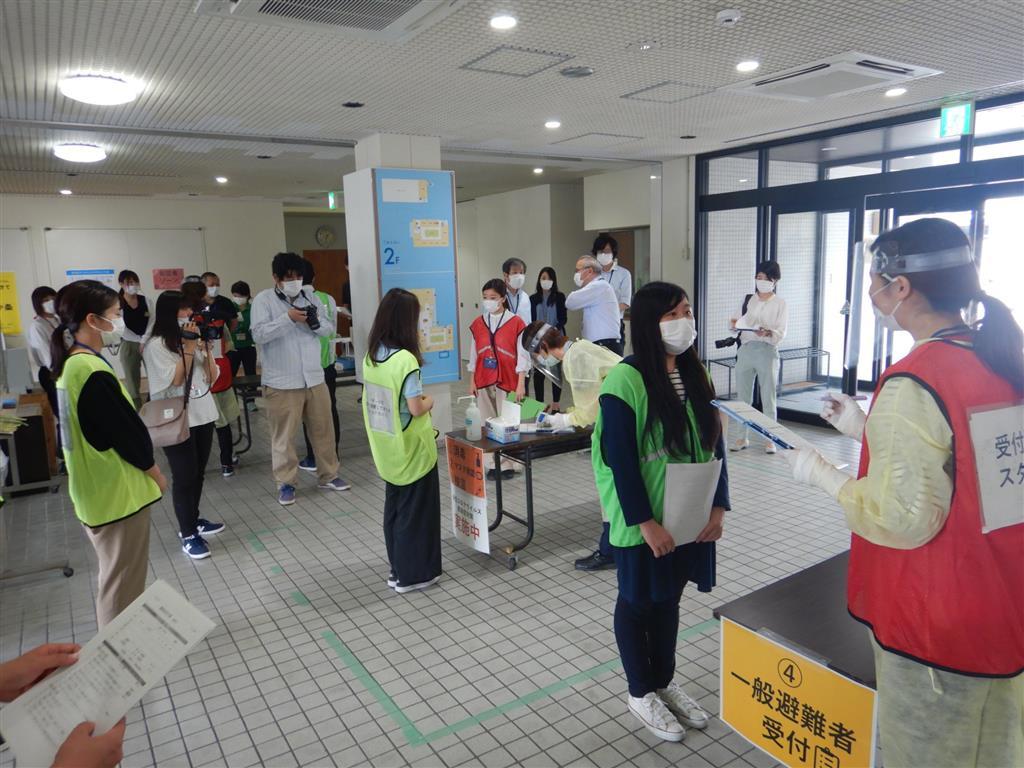 町職員対象に行われた新型コロナ対策を盛り込んだ避難所運営の訓練=高知県四万十町