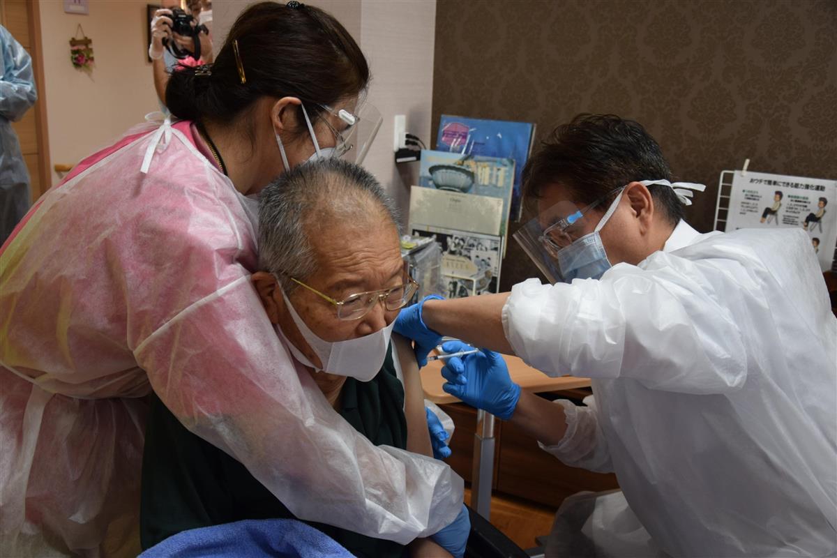 栃木県内で初めて行われた高齢者のワクチン接種=宇都宮市の特別養護老人ホーム美渉