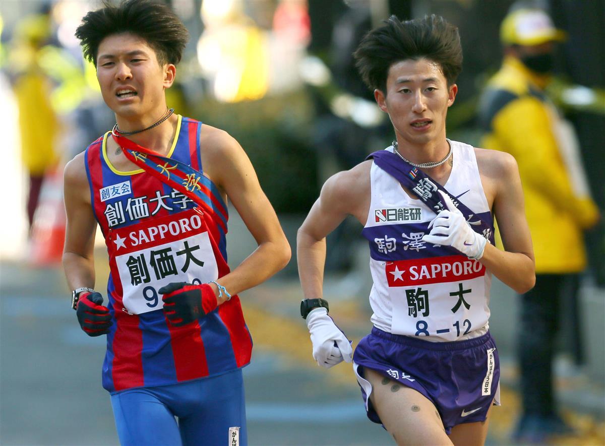 10区、創価大・小野寺(左)を抜き、トップに躍り出る駒大・石川=東京都中央区(代表撮影)