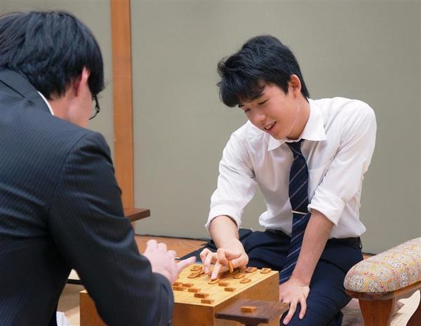 新人王戦で近藤誠也五段(左)に勝ち、ベスト4に進出した藤井聡太七段=31日午後、大阪市福島区の関西将棋会館