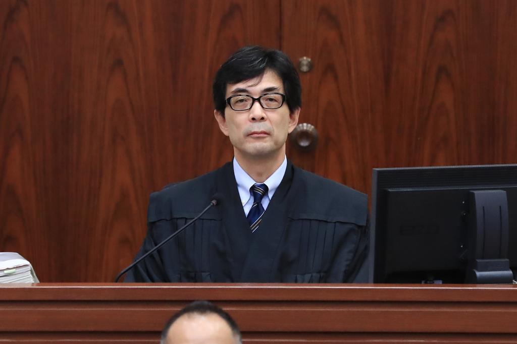 判決公判に臨む東京地裁の永渕健一裁判長=19日午後1時8分、東京地裁(代表撮影)