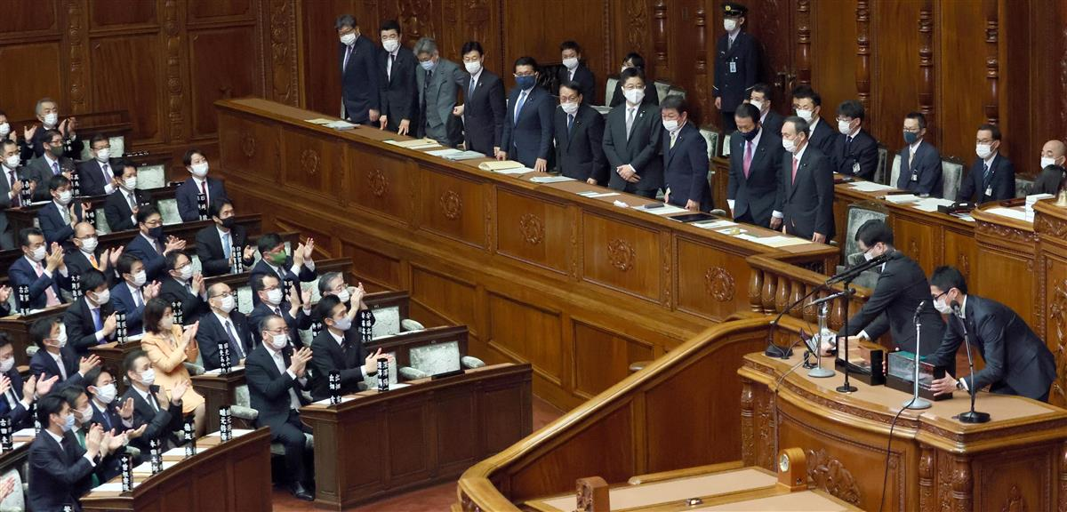 衆院本会議で令和3年度予算案が可決され一礼する菅義偉首相ら閣僚=2日午後、国会(春名中撮影)
