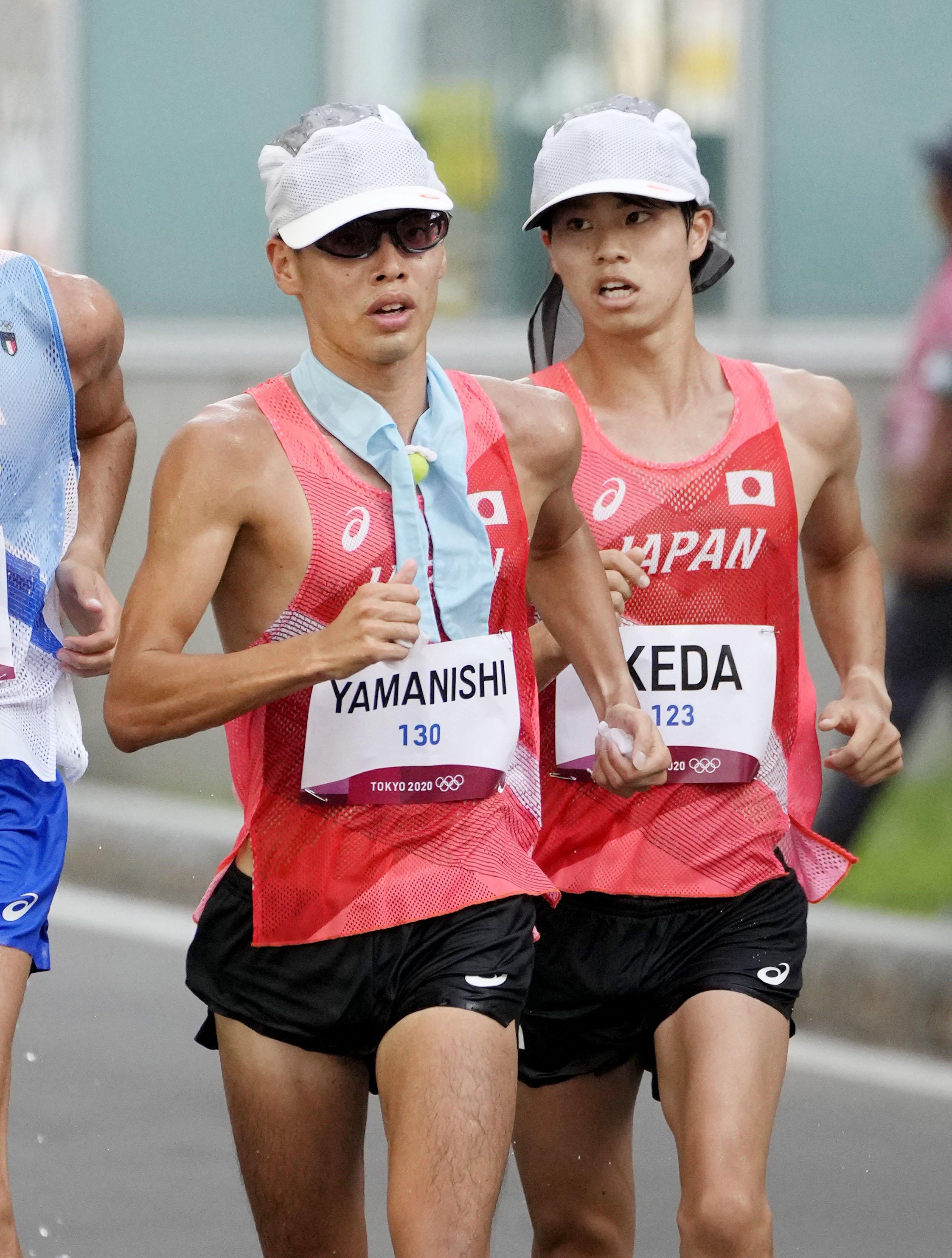 男子20キロ競歩のレース中盤で競り合う山西利和(左)と池田向希=5日、札幌大通公園発着特設コース