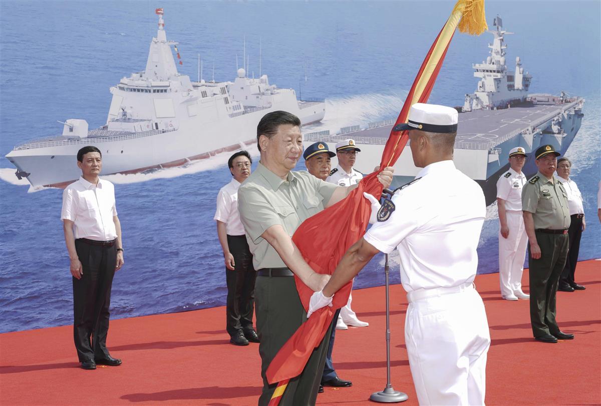 中国海軍に新型艦船を引き渡す式典に臨む習近平国家主席(中央)=23日、中国海南省三亜(新華社=共同)