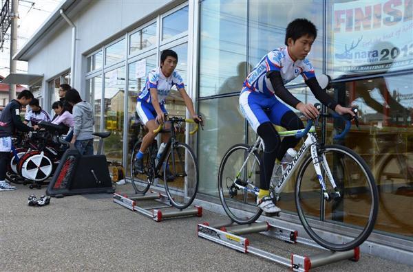 ローラー上で競技用自転車の練習を披露する生徒ら=橿原市