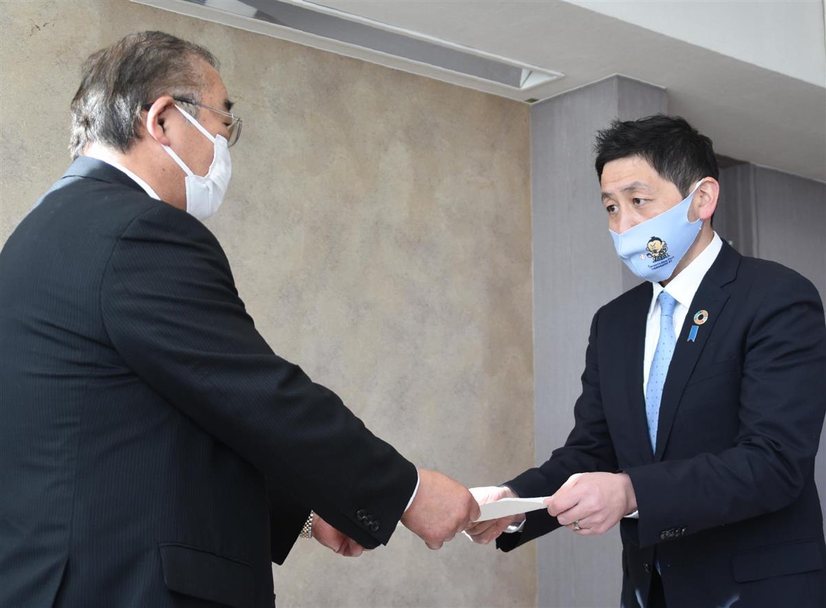 岩井雅夫市議会議長(左)に辞職願を提出する小川智之市議=9日、千葉市役所議会棟(平田浩一撮影)