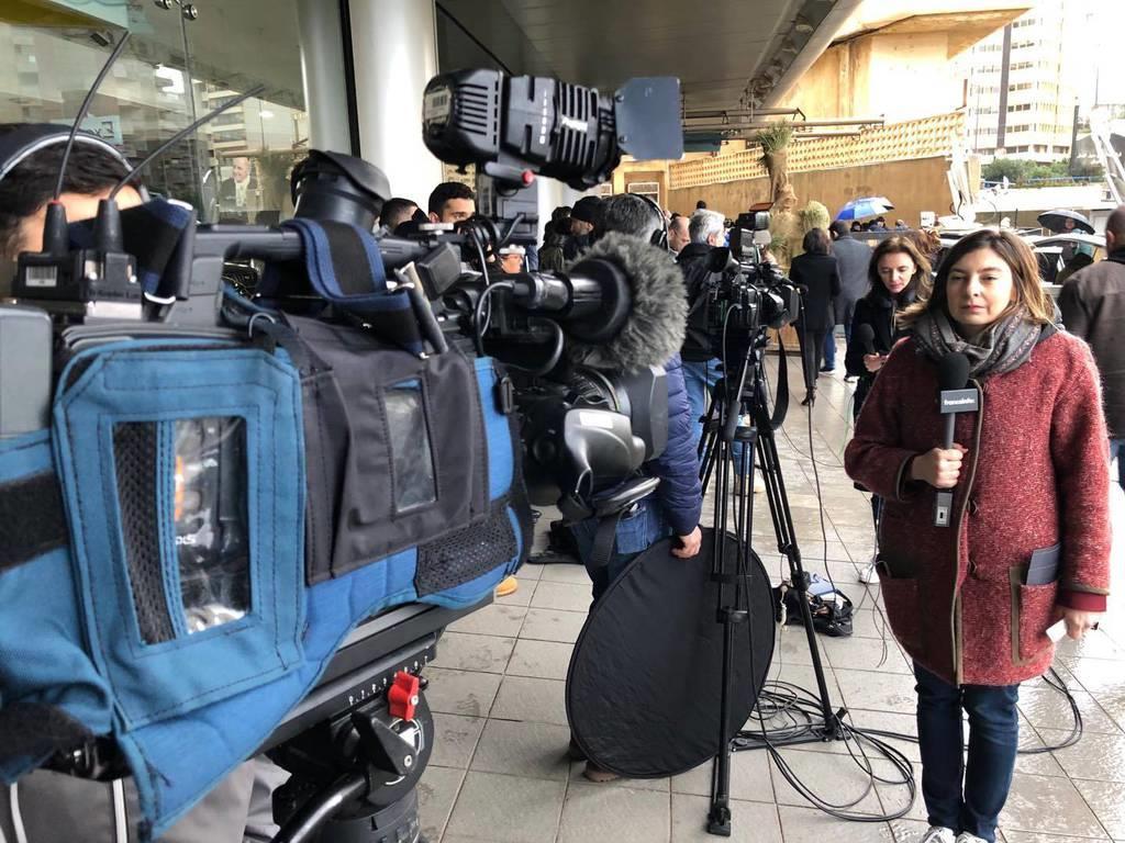 8日、レバノンの首都ベイルートでゴーン被告の記者会見場周辺に集まった報道陣(佐藤貴生撮影)