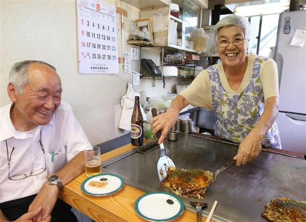 常連客の前でお好み焼きを焼く梶山敏子さん=6日午前、広島市南区の「カジサン」(恵守乾撮影)