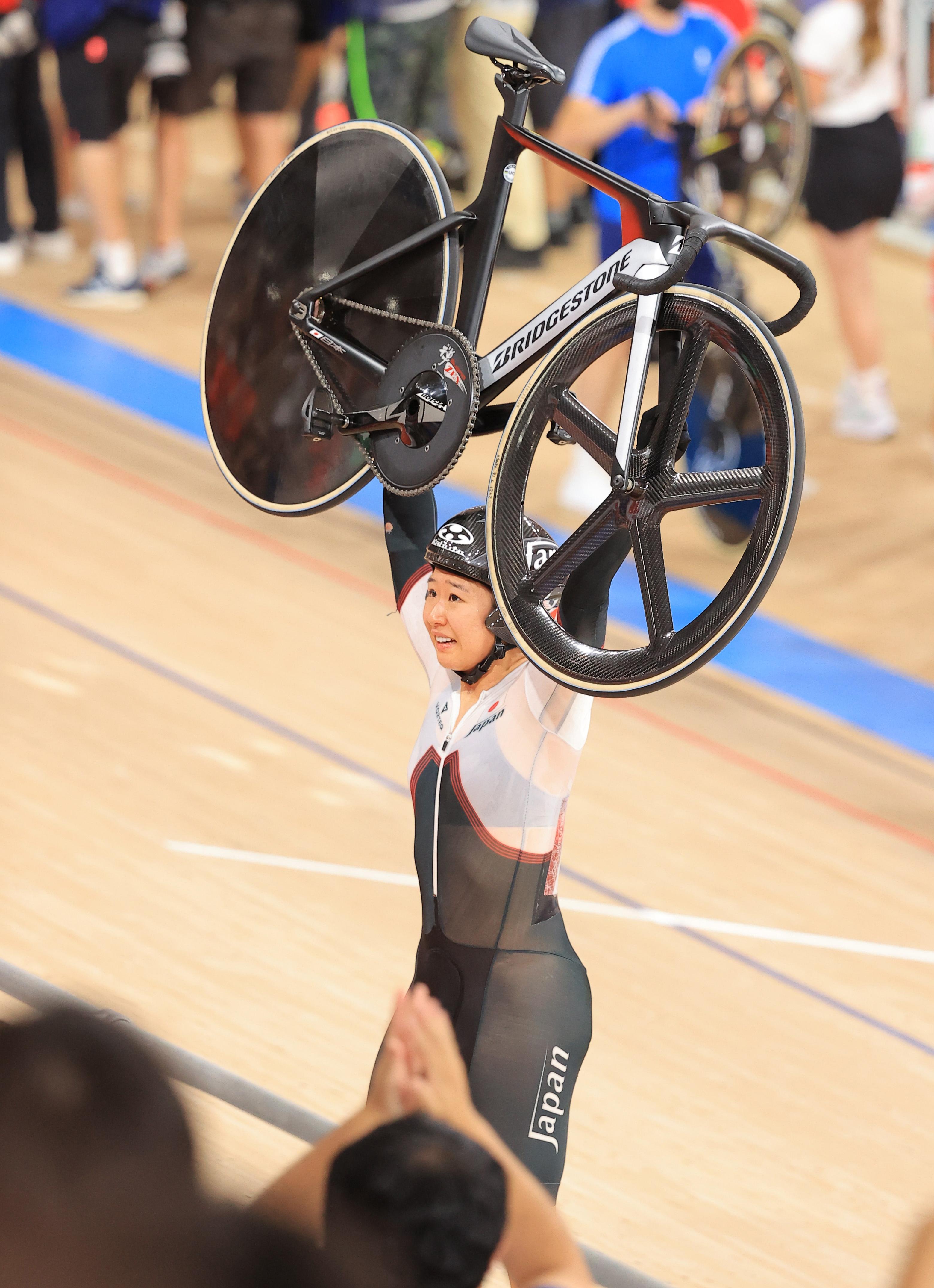 【東京五輪2020 自転車トラック女子オムニアム】銀メダルを獲得し、自転車を持ち上げ客席の拍手に応える梶原悠未=伊豆ベロドローム(撮影・松永渉平)