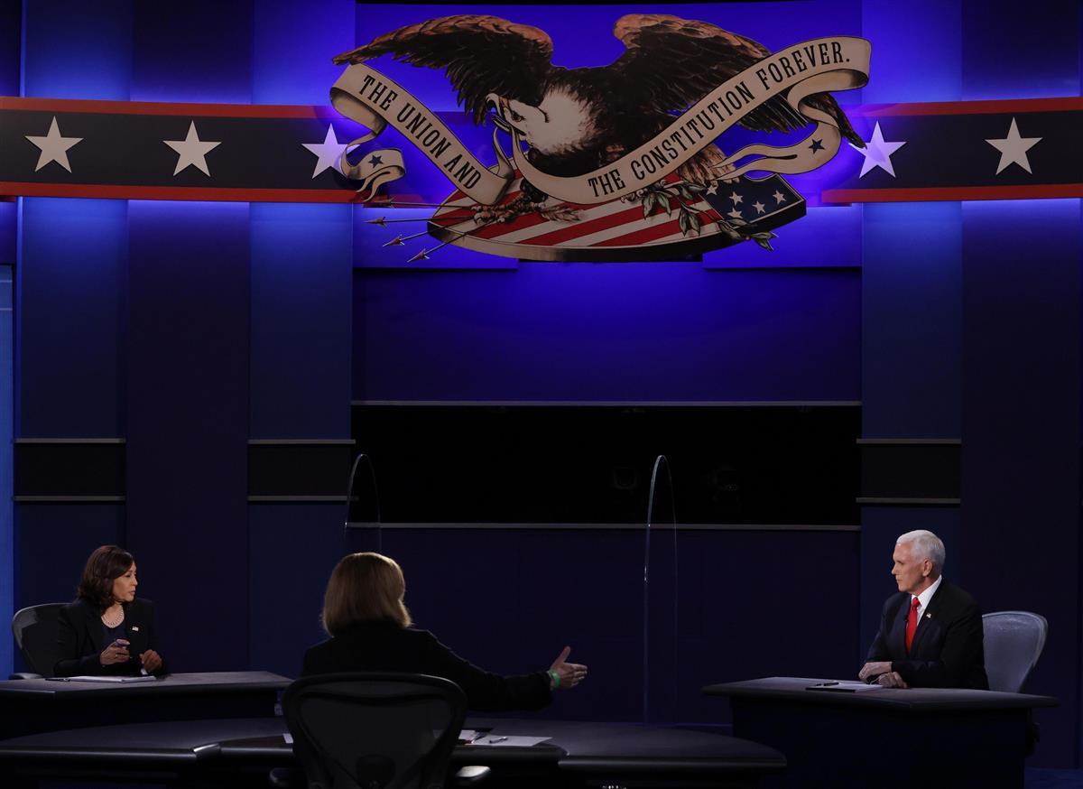 米ユタ州ソルトレークシティーで、副大統領候補者討論会に臨むペンス副大統領(右)とハリス上院議員(左)=7日(ゲッティ=共同)