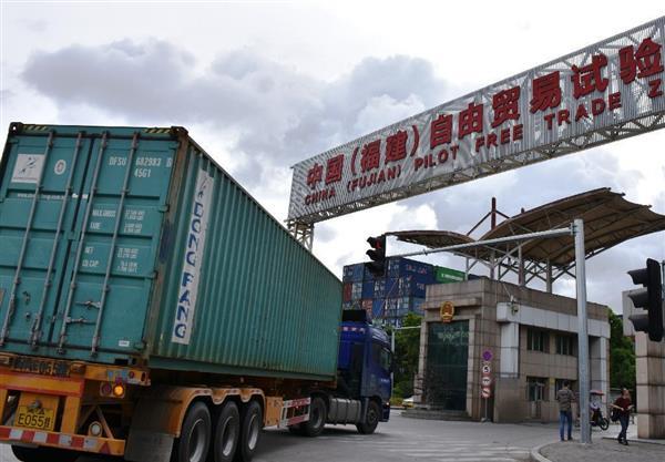 福建省福州市の自由貿易試験区の敷地内に入るコンテナを積んだトラック=7月29日(三塚聖平撮影)