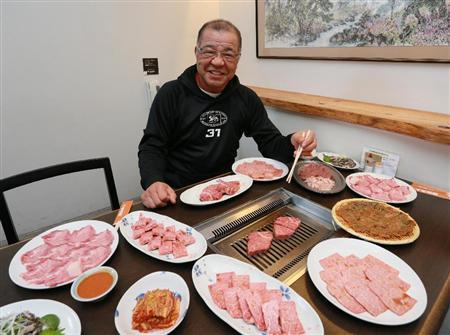 """大好きな肉に囲まれ、笑顔の掛布2軍監督。""""肉食""""がミスタータイガースを支えている(撮影・松永渉平)"""