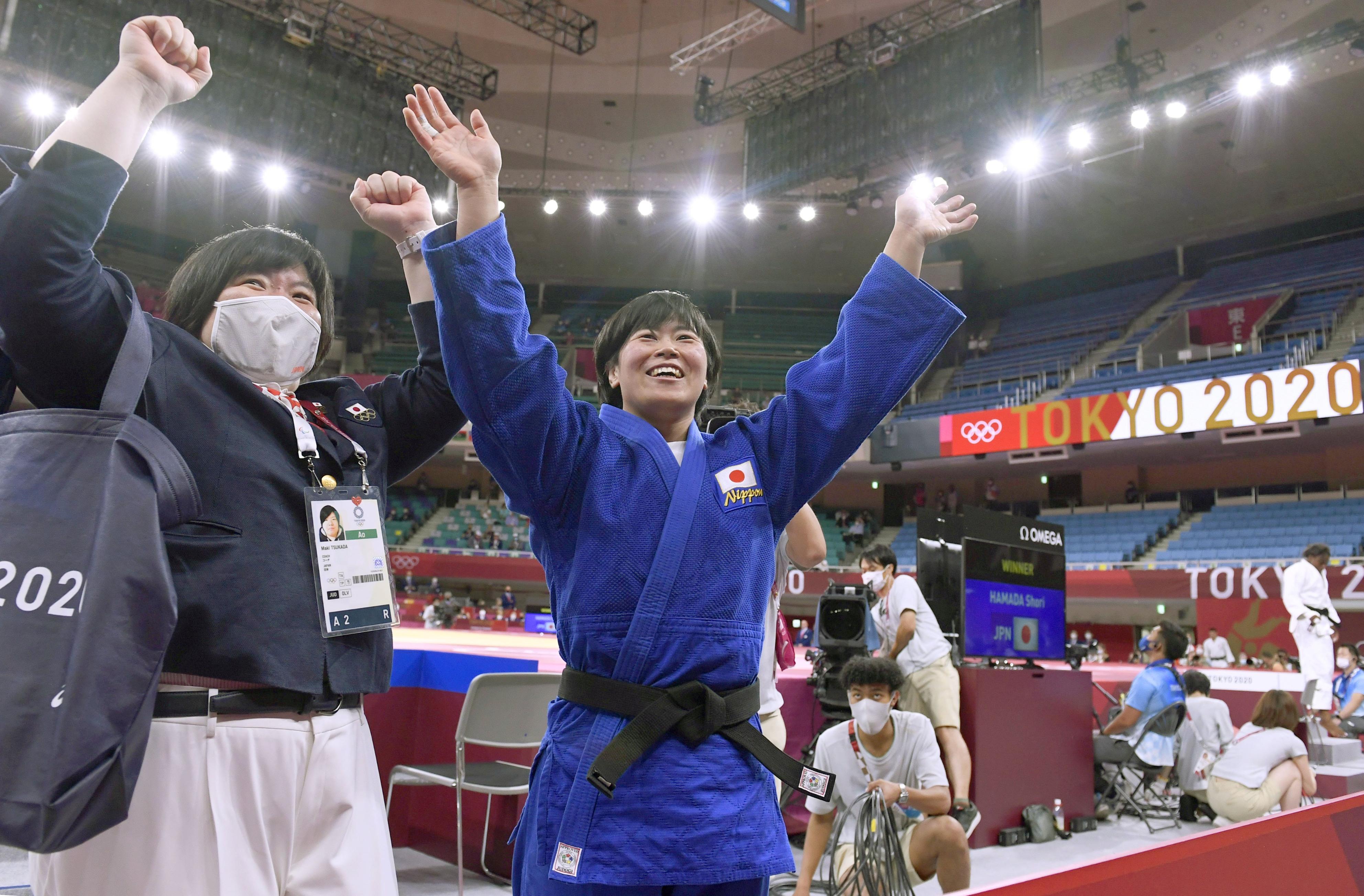 女子78キロ級で金メダルを獲得し笑顔の浜田尚里。左は塚田真希コーチ=日本武道館