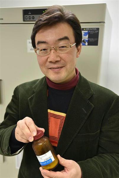 試作品のNMNを手にする今井眞一郎教授 =米ミズーリ州のワシントン大
