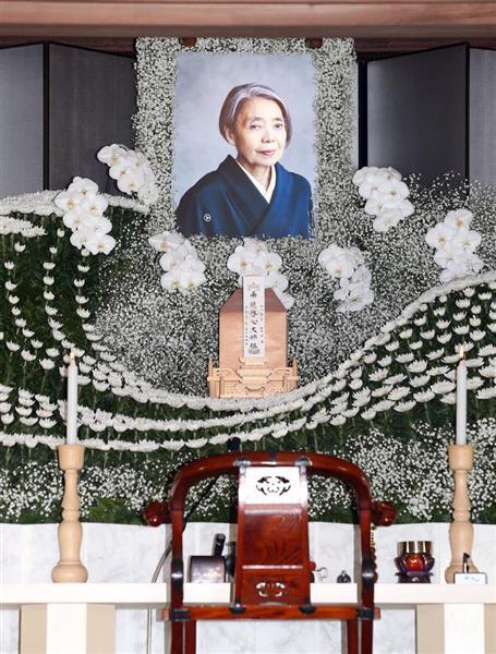 女優の樹木希林さんの葬儀が行われた。遺影の掲げられた祭壇=30日午前、東京都港区の光林寺(桐原正道撮影)