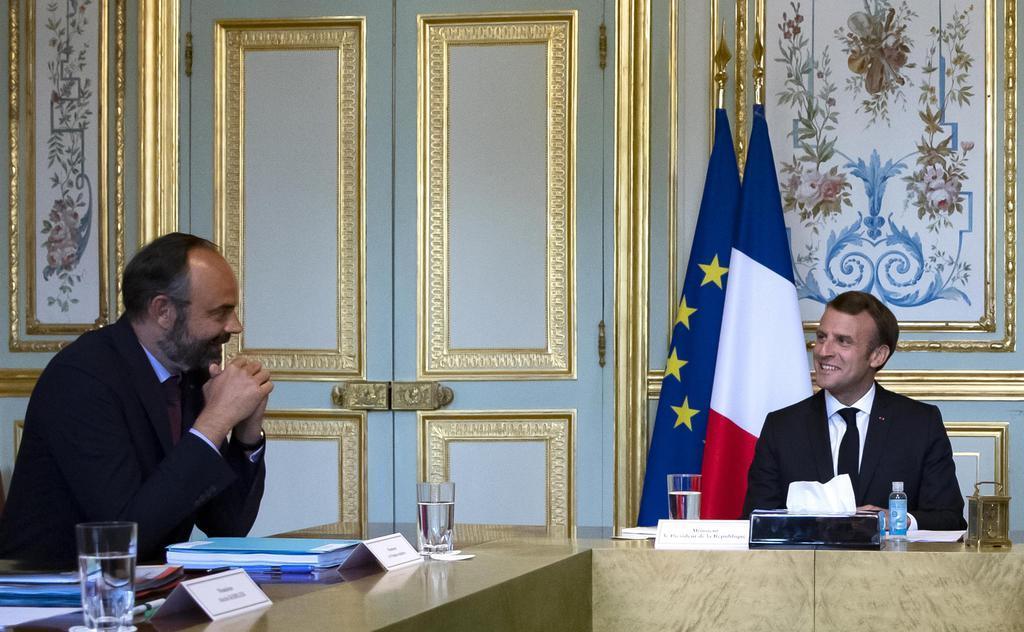 2日、パリのエリゼ宮で話すフランスのマクロン大統領(右)とフィリップ首相(AP=共同)