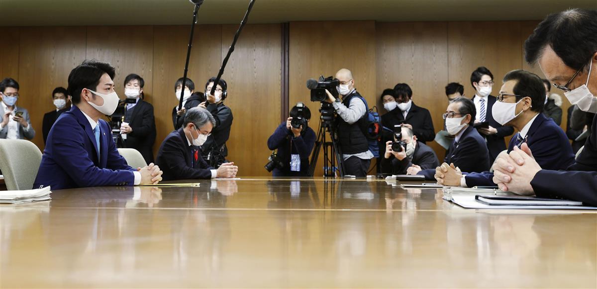 北海道庁で会談する鈴木直道知事(左端)と札幌市の秋元克広市長(右から2人目)=16日午前