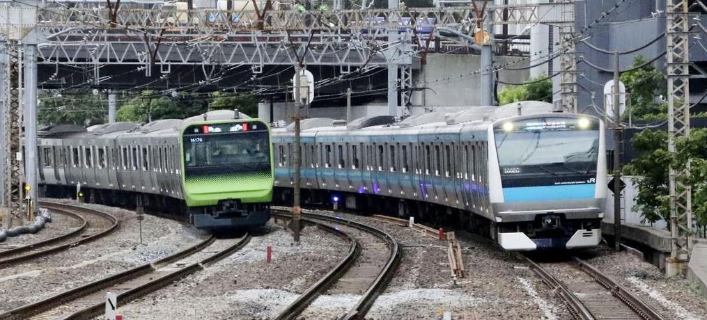 山手線(左)と並走する京浜東北線=24日、東京都港区(JR東日本提供)