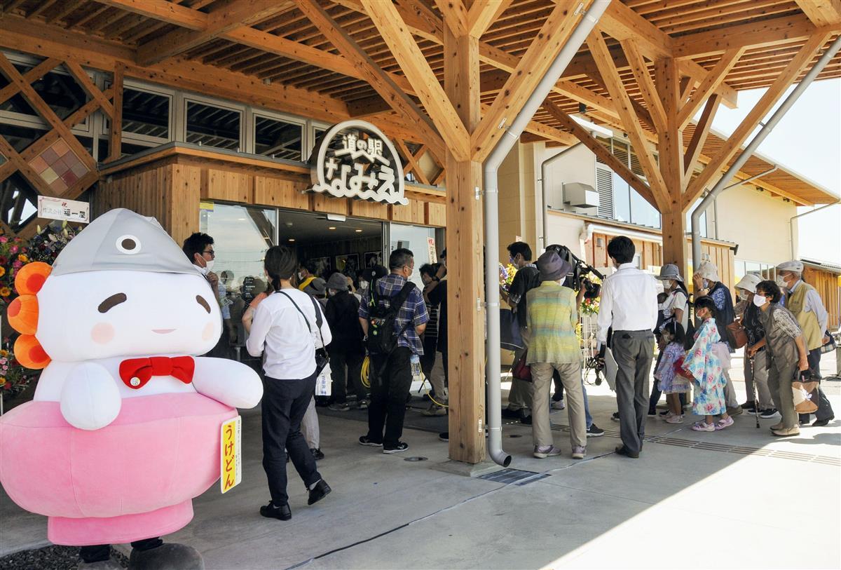 福島県浪江町にオープンした「道の駅なみえ」=1日午前