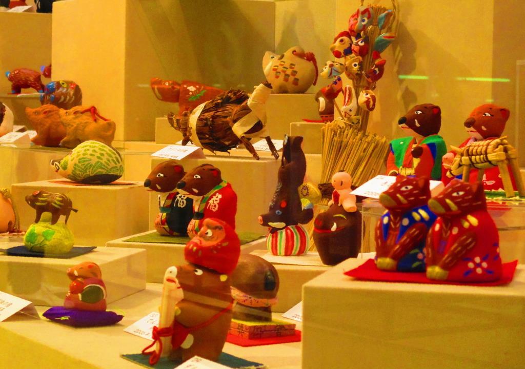 来年の干支イノシシにちなんだ郷土玩具「とっても亥(い)~ですね」=鳥取市のわらべ館