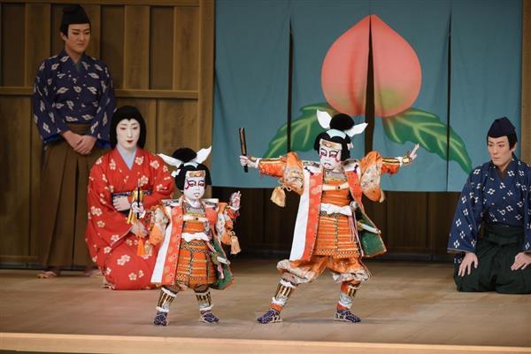 「門出二人桃太郎」で初舞台を踏んだ(前列左から)中村長三郎と中村勘太郎。後列左から中村橋之助、中村七之助、中村勘九郎(松竹提供)