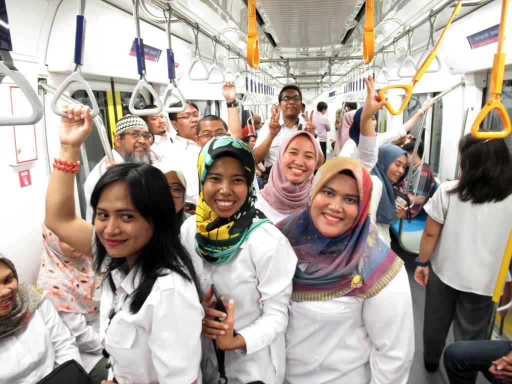 インドネシアの首都ジャカルタで、都市高速鉄道(MRT)の試乗会に参加する女性ら=18日(吉村英輝撮影)