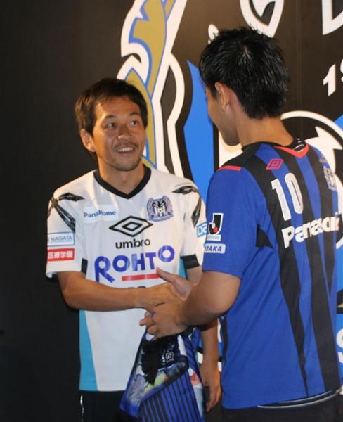 ファンと握手を交わす二川(左)=細井伸彦撮影