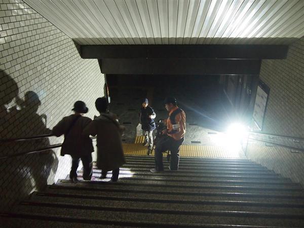 停電したJR博多駅構内で係員に誘導されながら階段をおりる利用者=8日午後2時15分、福岡市博多区(井上浩平撮影)