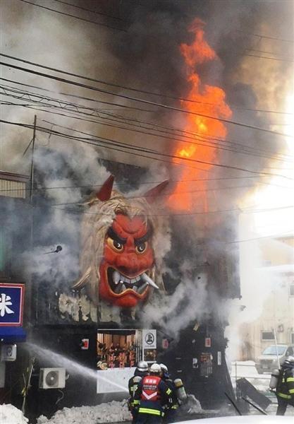 炎上する居酒屋「秋田長屋酒場」=28日午前、秋田市中通(山内治一撮影)