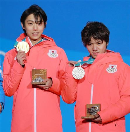 メダルセレモニーでメダルを掲げる1位の羽生(左)と2位の宇野。日本勢が世界に強さを示した (撮影・松永渉平)