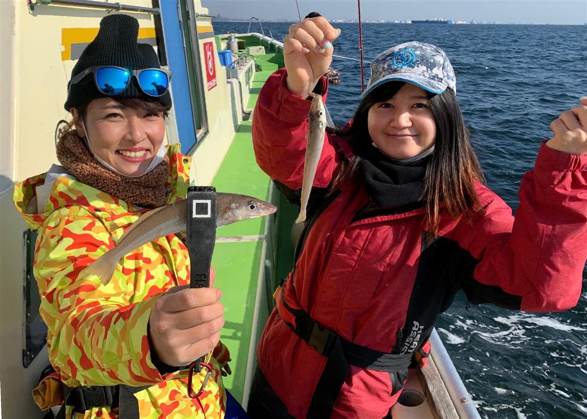 開始早々、パールピンクの女王と会えた川目記者(左)と丸記者。良型が連発だ=東京湾・中の瀬