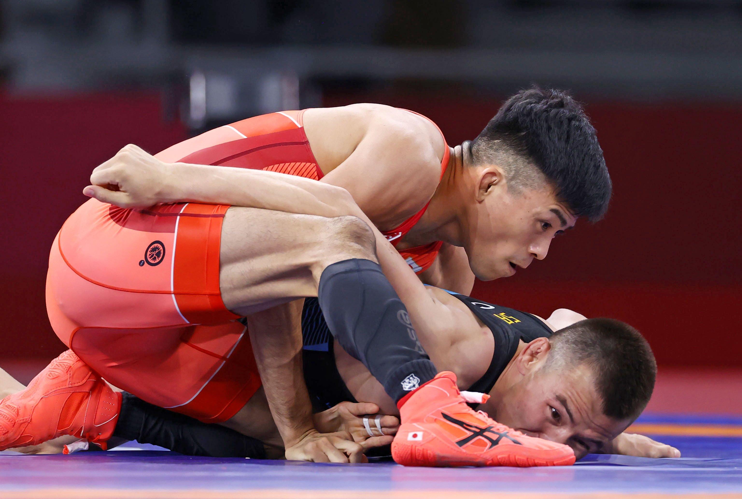 男子グレコローマン60キロ級2回戦 中国選手(下)を攻める文田健一郎=幕張メッセ
