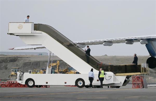 貨物機から運び出された国王専用のエスカレーター型のタラップ=5日午後、羽田空港(大山文兄撮影)