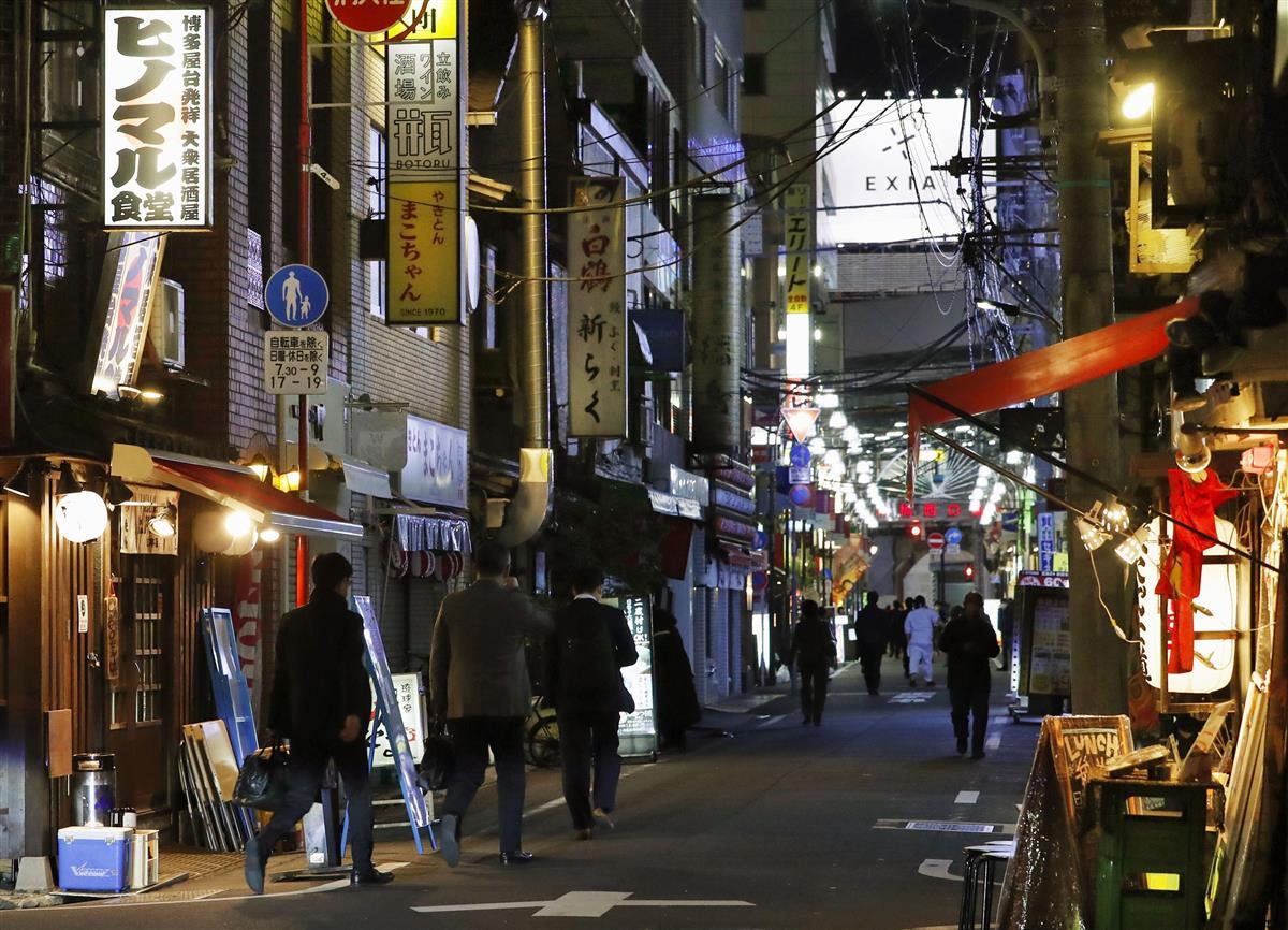 人通りが少ない東京・新橋の飲食店街=2020年4月