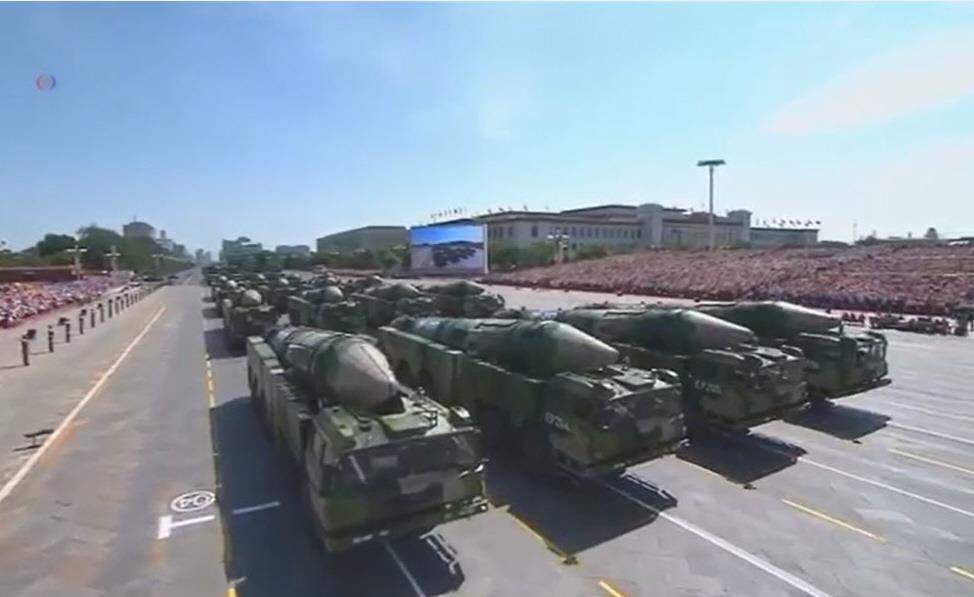 中国が配備する「空母キラー」の弾道ミサイル「DF-21D」(VOAニュース動画より)