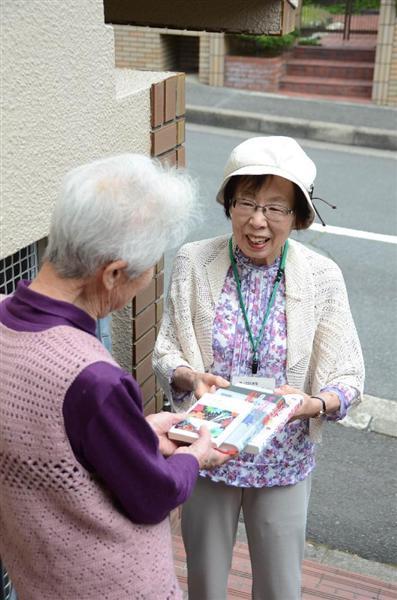 本は宅配ボランティアによって利用者に手渡しされる(生駒市図書館提供)