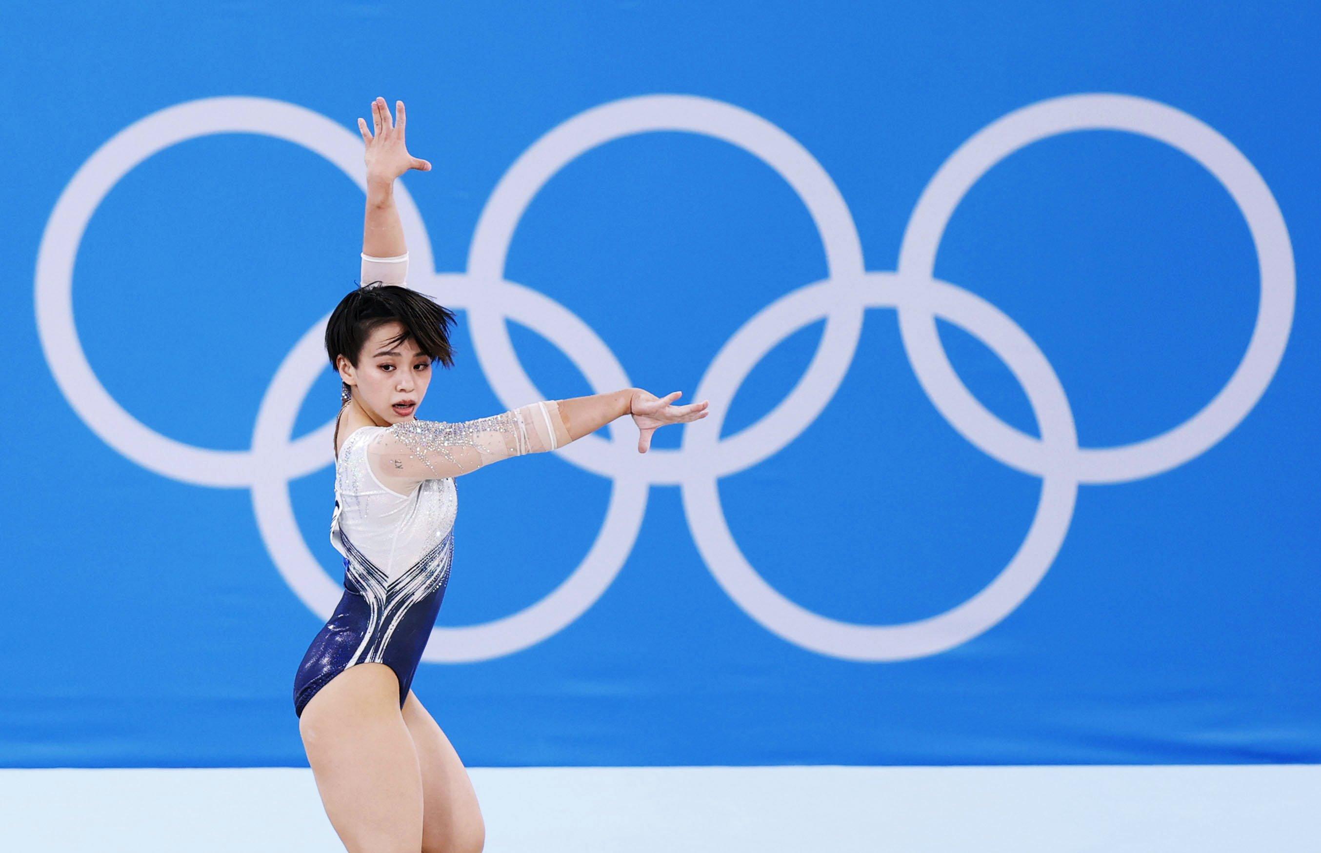 女子個人総合決勝 村上茉愛の床運動=有明体操競技場