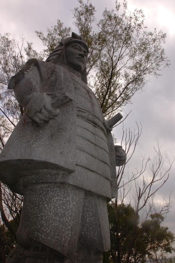 大津市の坂本城跡に立つ明智光秀像