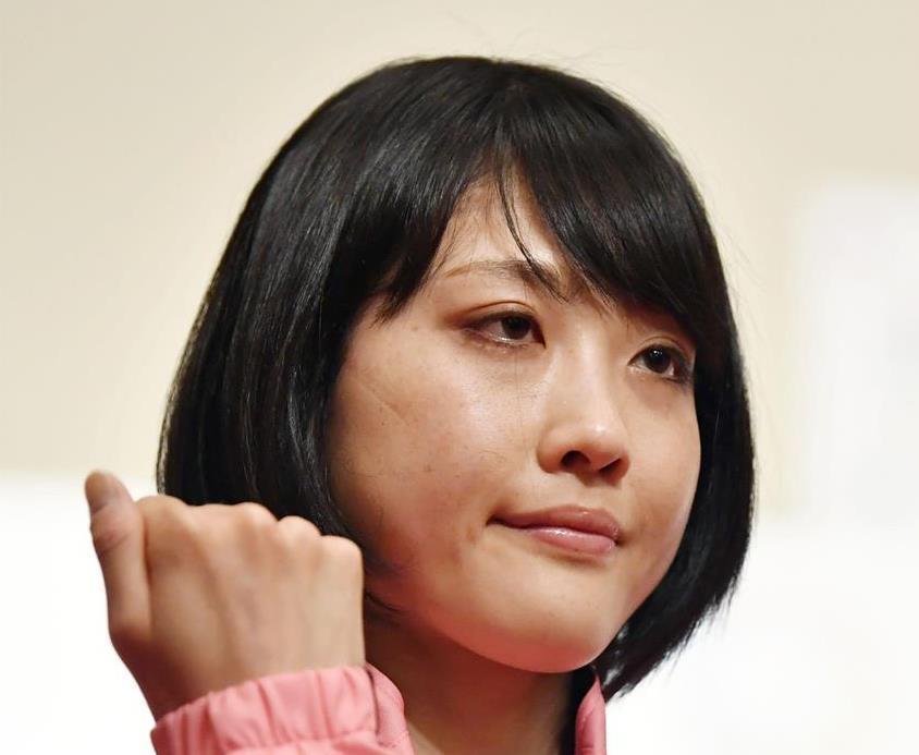 東京五輪マラソンのテスト大会を前に、記念撮影でポーズをとる前田穂南=5月4日、札幌市