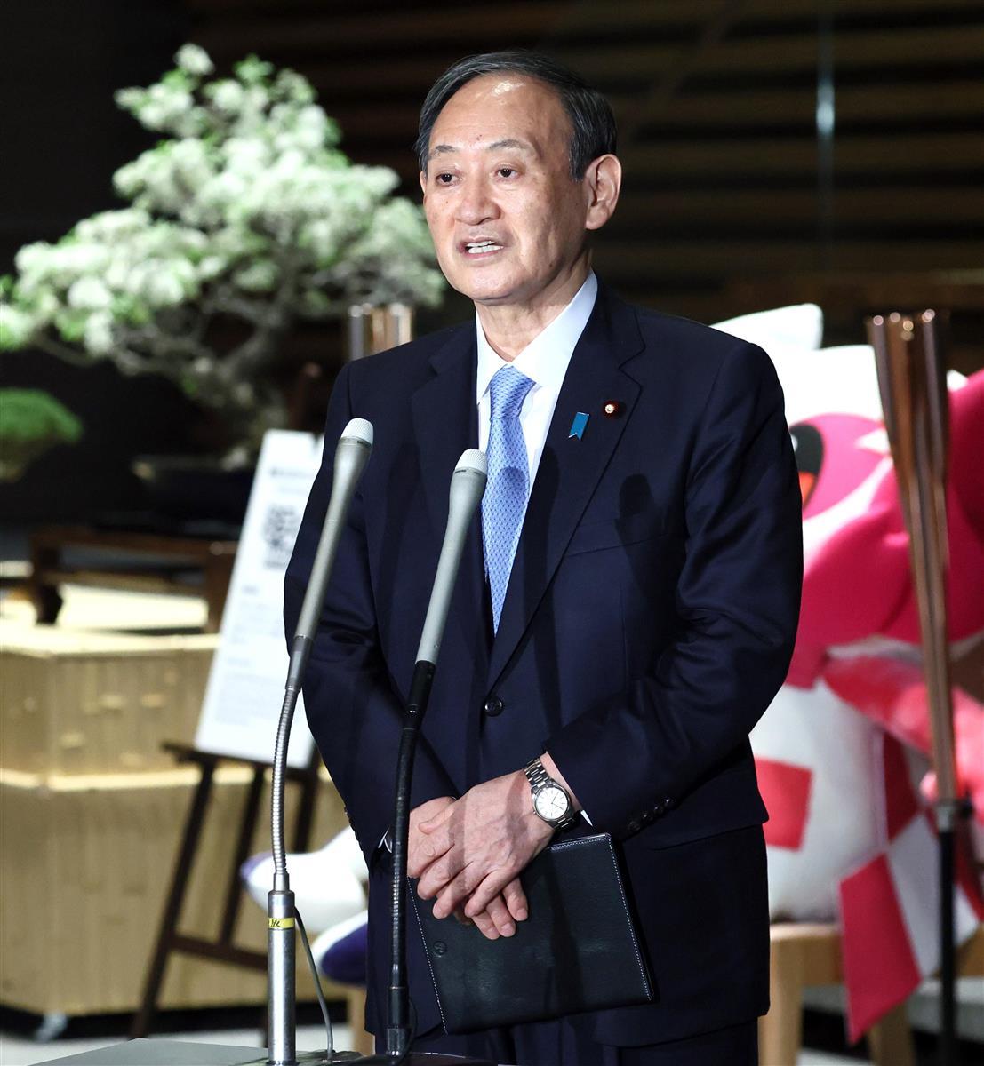 令和3年度予算が成立し記者団の取材に応じる菅義偉首相=26日午後、首相官邸(春名中撮影)