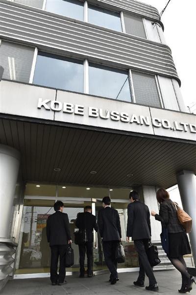 神戸物産本社に入る人たち=9日午前9時52分、兵庫県稲美町(沢野貴信撮影)