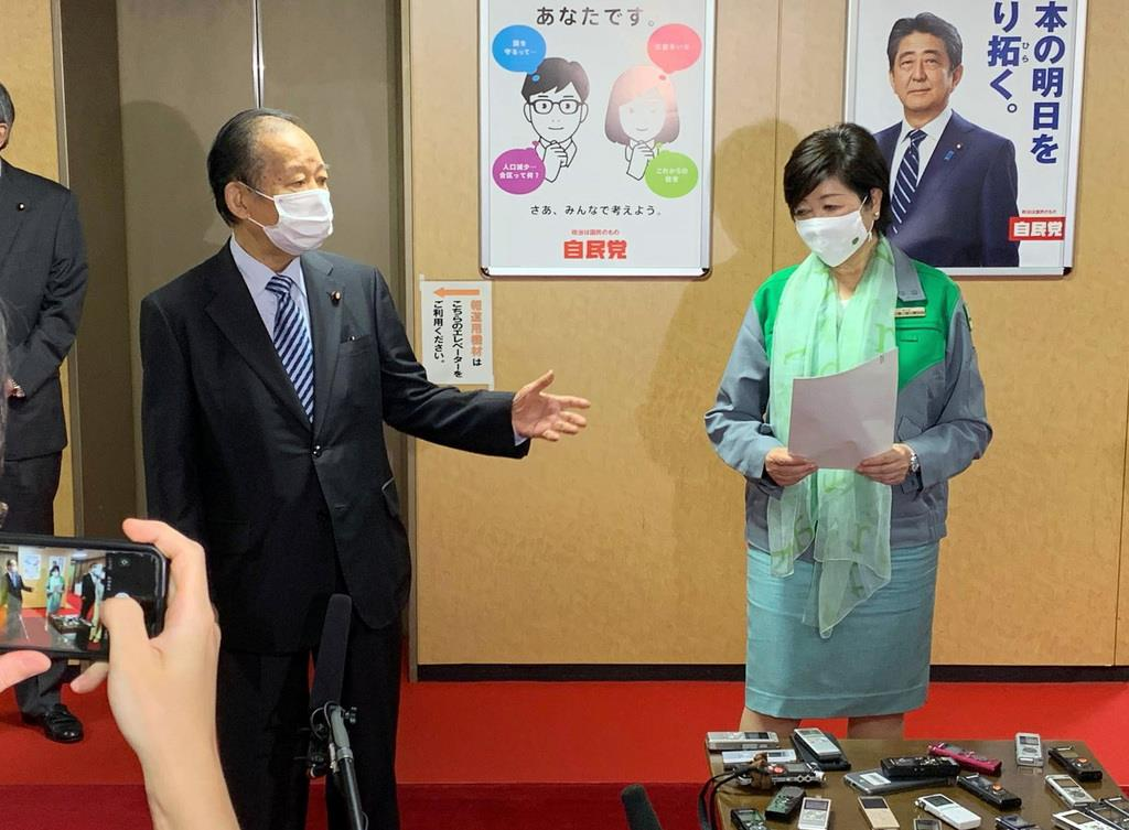 記者の取材に応じる二階俊博幹事長(左)と東京都の小池百合子知事=3日、自民党本部