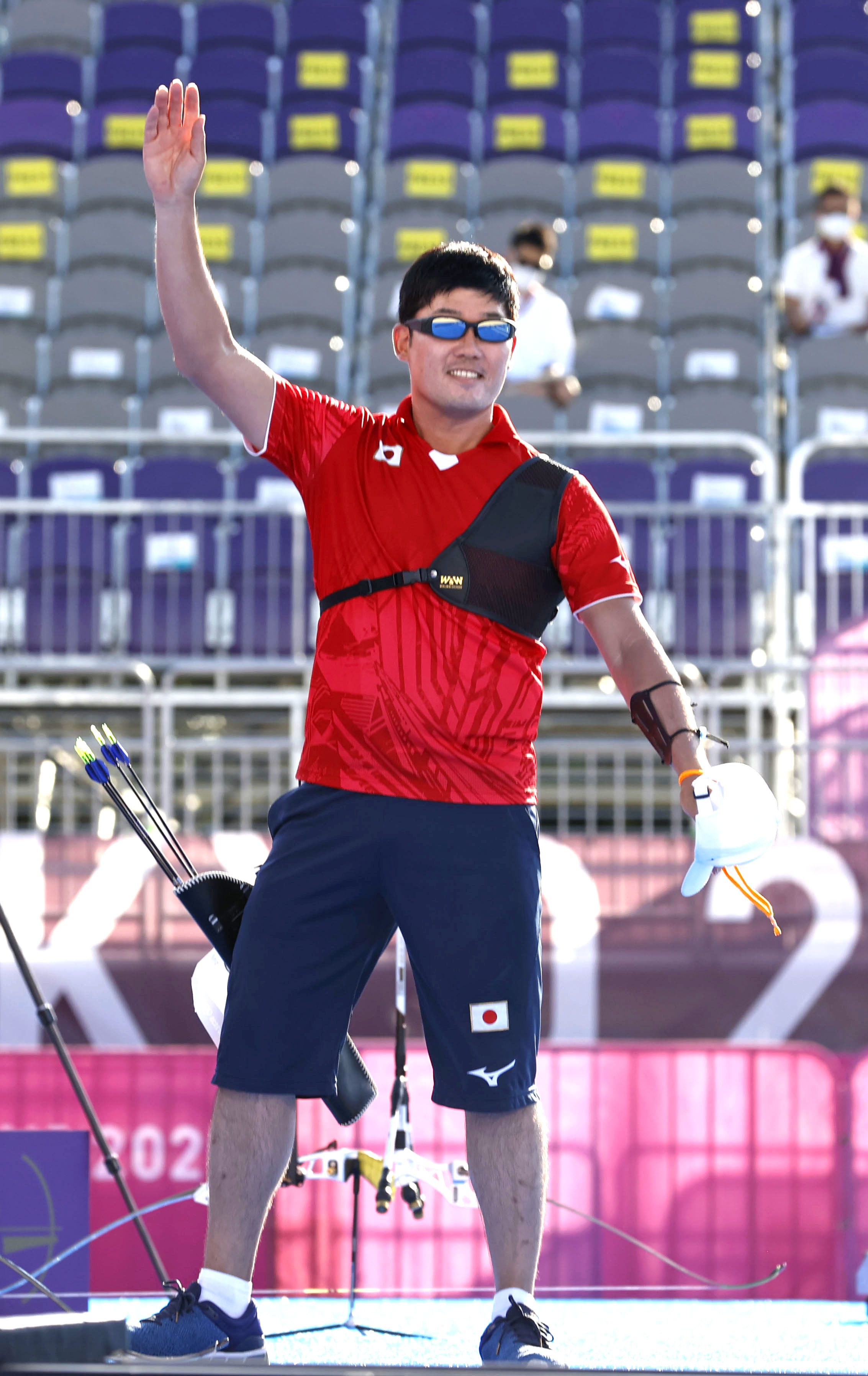 男子個人3位決定戦に勝利し銅メダルを獲得、関係者に手を振る古川高晴=夢の島公園アーチェリー場