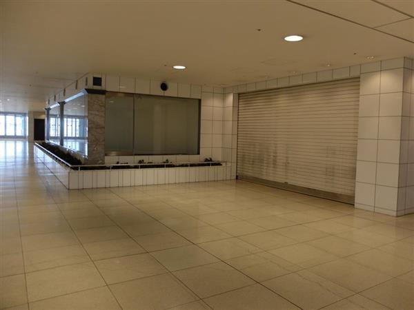 JRAの場外馬券場設置が計画されている西棟2階の空き店舗エリア=大阪府泉佐野市のりんくうタウン駅ビル