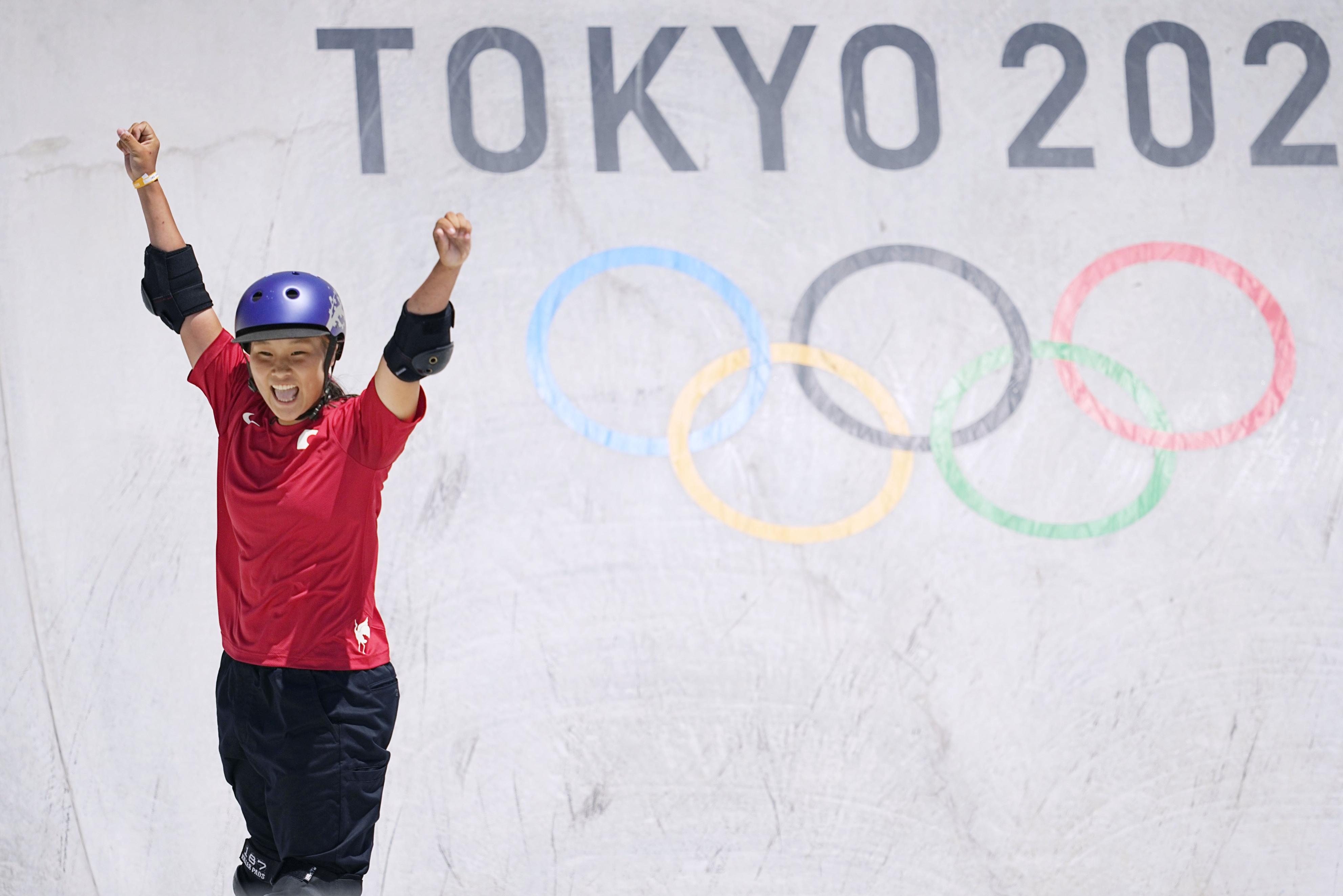 スケートボード女子パーク決勝で演技後、喜ぶ四十住さくら。金メダルを獲得した=有明アーバンスポーツパーク