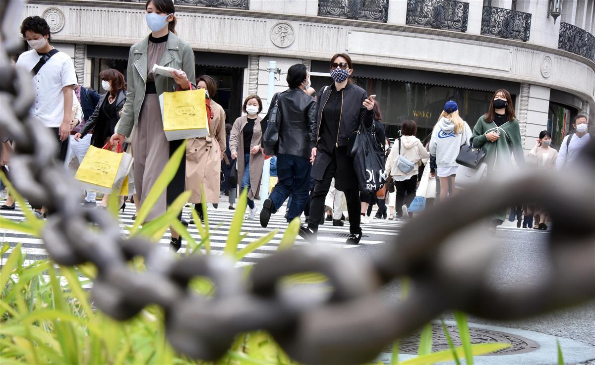 銀座の歩行者=9日午後、東京・銀座(酒巻俊介撮影)