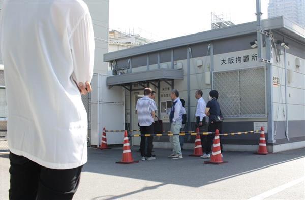 林真須美死刑囚との面会に臨む長男(左端)=大阪拘置所