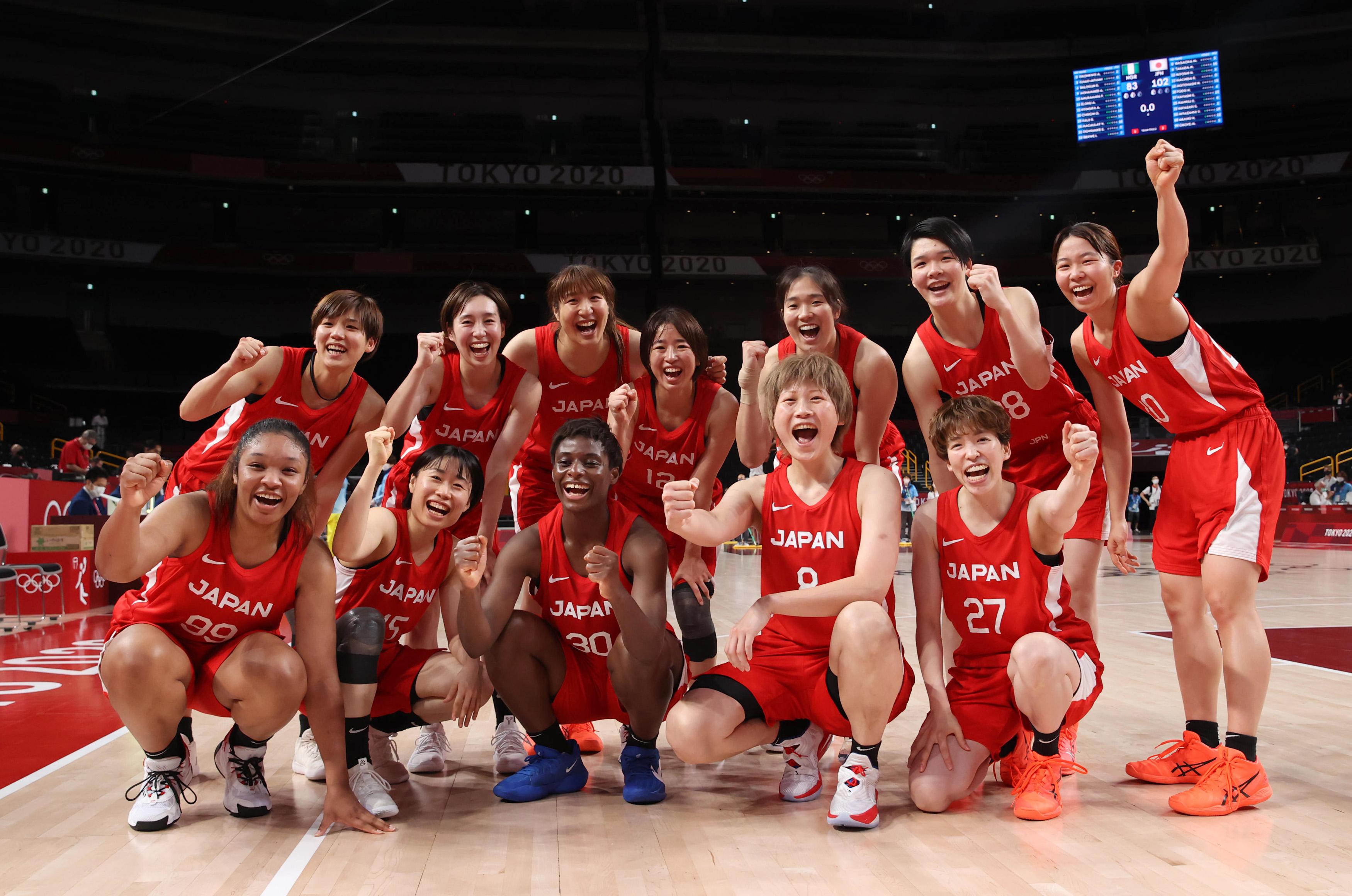 【東京五輪2020 バスケットボール】〈女子1次リーグ 日本対ナイジェリア〉第4クオーター 試合に勝利、写真撮影に応じる選手=2日、さいたまスーパーアリーナ(川口良介撮影)