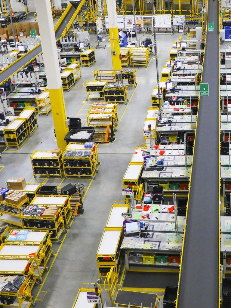 巨大な物流センターでは、テクノロジーを駆使して従業員同士が近づきすぎないための取り組みが試されている。BEATA ZAWRZEL/NURPHOTO/GETTY IMAGES